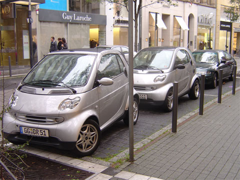 2 Smart Cars in One Parking Space in Frankfurt